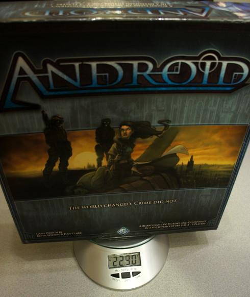 Pudło z zawartością waży dobrze ponad dwa kilo. Oczywiście istnieją cięższe gry, ale Android nie zawiera w ogóle drewnianych, ani plastikowych elementów.